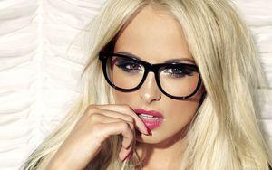 За что мужчины любят девушек в очках