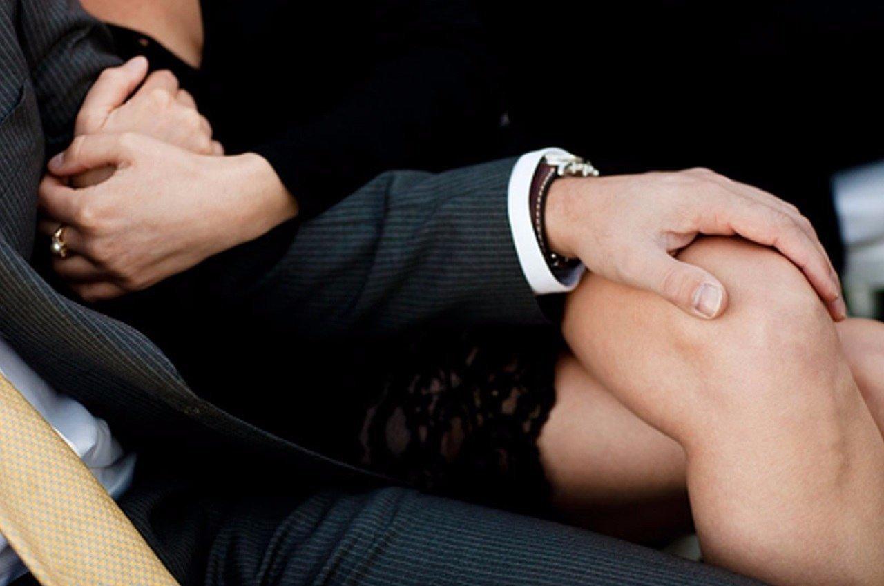 Картинки мужчина на коленях у женщины